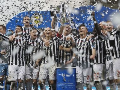 15110821 St Mirren players lift the cup after winning the Scottish Communities League Cup Final at H-1770844